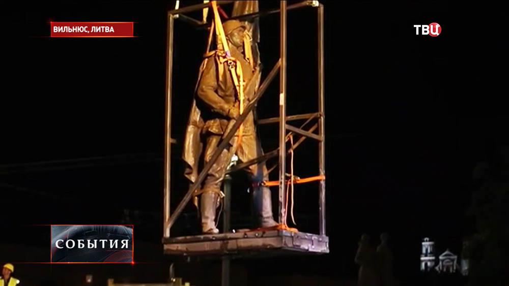 Демонтаж памятника в Литве