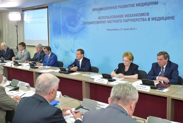 Председатель правительства России Дмитрий Медведев проводит в Новосибирске совещание по вопросам инновационного развития медицины и использованию механизмов государственно-частного партнерства в медицине