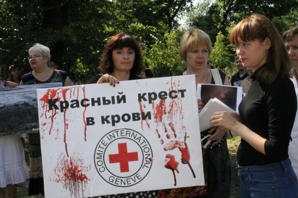 Жители Донецка на митинге-протесте против сотрудников Красного креста и ОБСЕ
