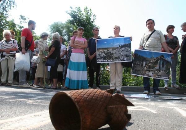 Жители Донецка с фотографиями Саур-Могилы и Амвросиевки на митинге-протесте против сотрудников Красного креста и ОБСЕ