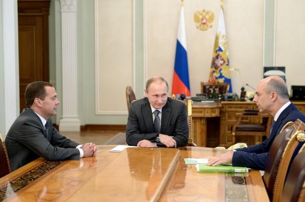 Президент России Владимир Путин, премьер-министр России Дмитрий Медведев (слева) и министр финансов РФ Антон Силуанов (справа) во время встречи