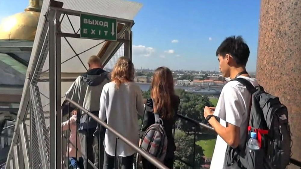 Туристы на смотровой площадке Исаакиевского собора в Санкт-Петербурге