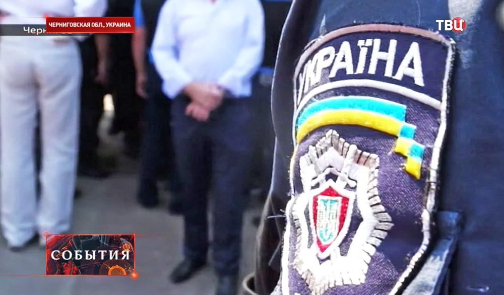 Сотрудник милиции на участке для голосования в Чернигове