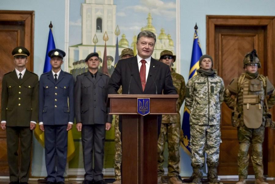 Петр Порошенко на фоне украинских военных в новой форме