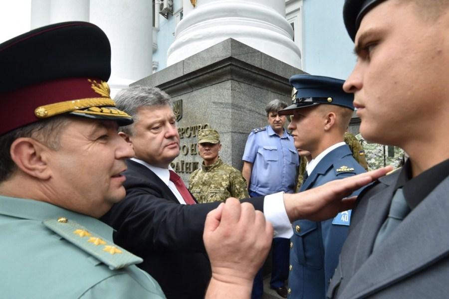 Петр Порошенко и украинские военные в новой форме