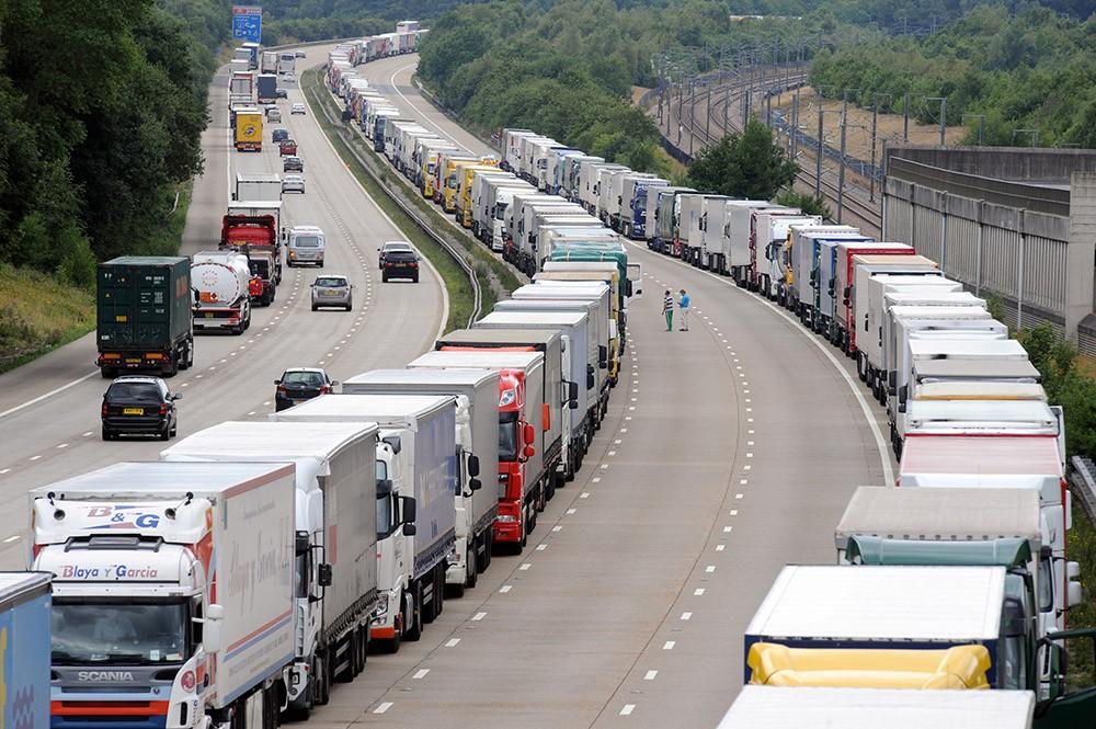 Очередь из грузовиков на въезде в Евротуннель под проливом Ла-Манш