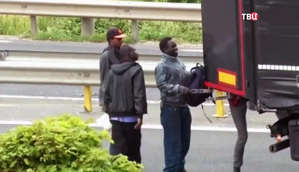Нелегалы забираются в грузовик