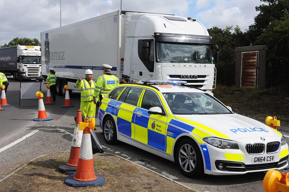 Полиция Великобритании досматривает грузовики
