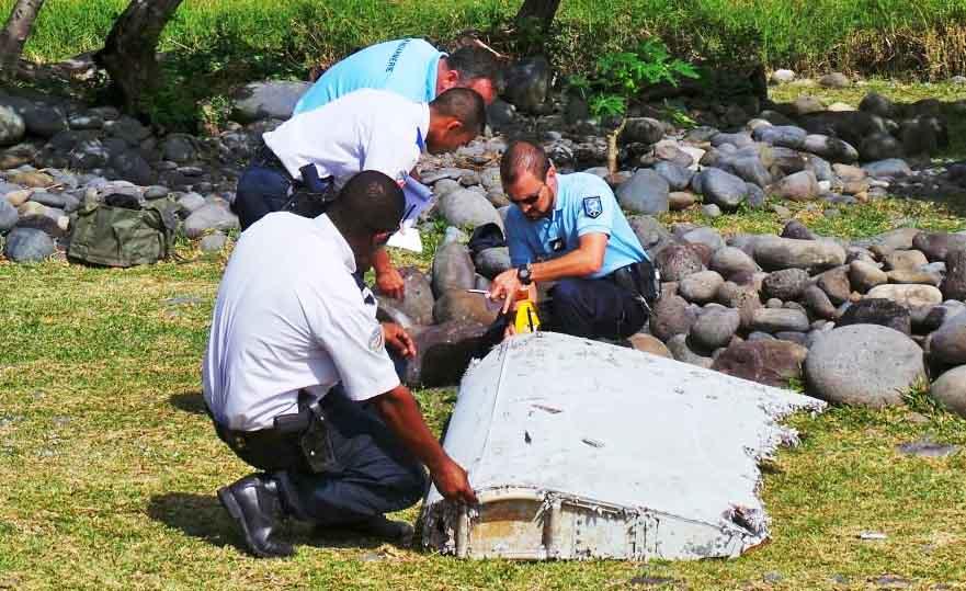 """Эксперты изучают фрагмент предположительно принадлежащий пропавшему самолёту Boeing 777 """"Малазийских авиалиний"""""""