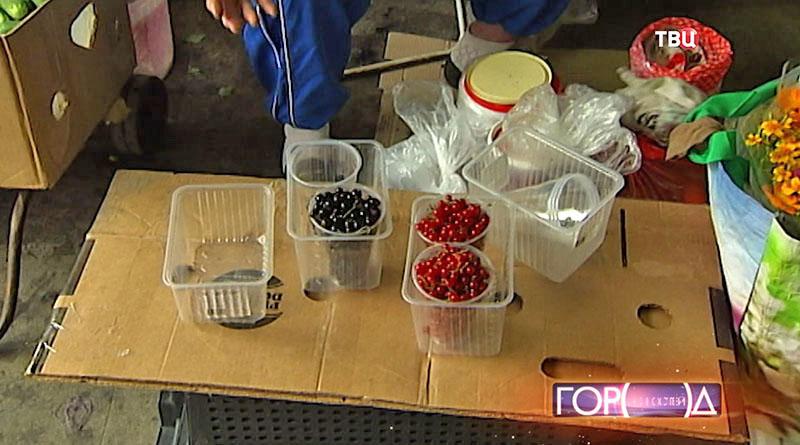 Люди торгуют ягодами