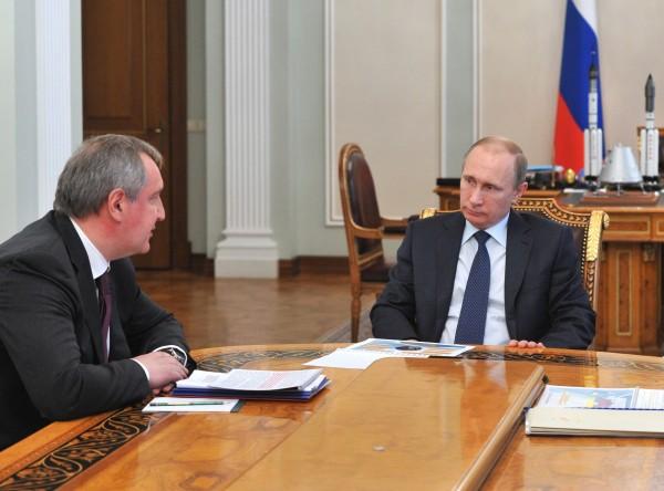 Президент России Владимир Путин (справа) и вице-премьер РФ Дмитрий Рогозин во время встречи