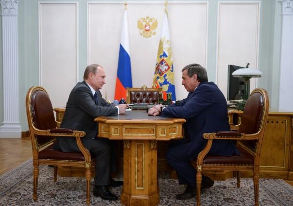 Президент России Владимир Путин и губернатор Новосибирской области Владимир Городецкий во время встречи