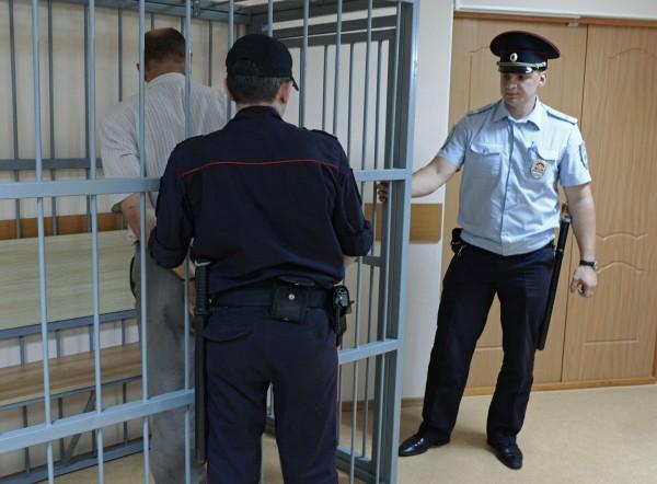 Водитель автобуса (слева), обвиняемый в совершении ДТП на 144-м километре автодороги Хабаровск — Комсомольск-на-Амуре