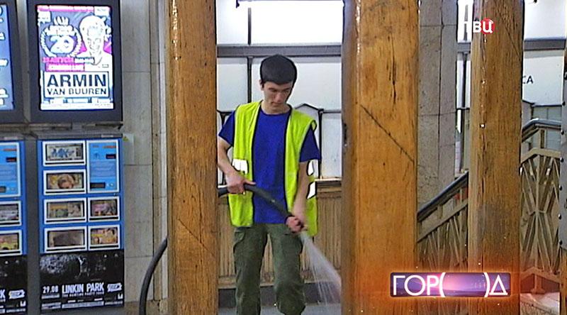 Сотрудник метрополитена охлаждает метро