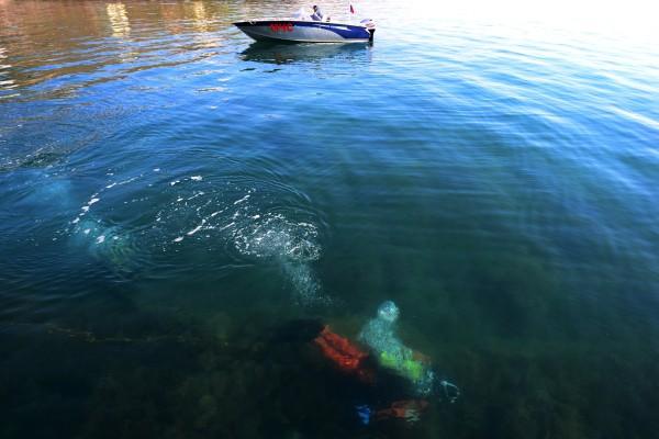 Водолаз МЧС России обследует акваторию