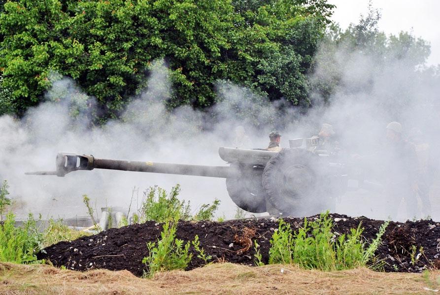 Украинская артиллерия ведет стрельбу в Донбассе