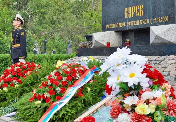 """Почетный караул у мемориала памяти атомному подводному ракетному крейсеру """"Курск"""" в Санкт-Петербурге"""