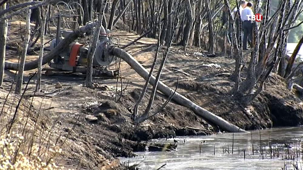 Работы на месте возгорания нефтепродуктов на Москва-реке