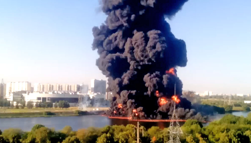 Росприроднадзор осуществляет поиски виновника выпуска нефтепродуктов в Москву-реку