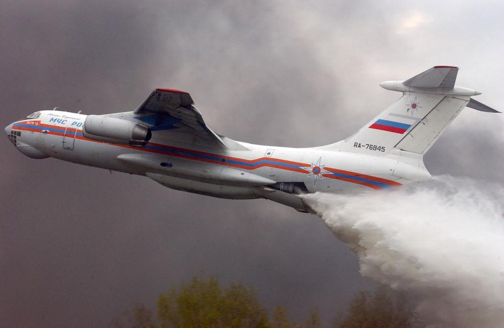 Самолёт Ил-76 МЧС принимает участие в тушении лесных пожаров