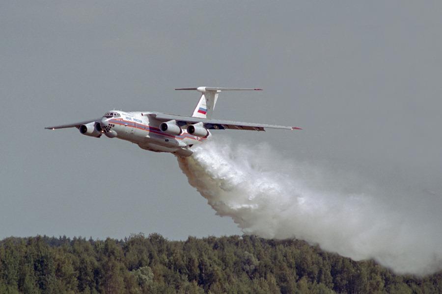 Самолёт Ил-76 МЧС России принимает участие в тушении лесных пожаров