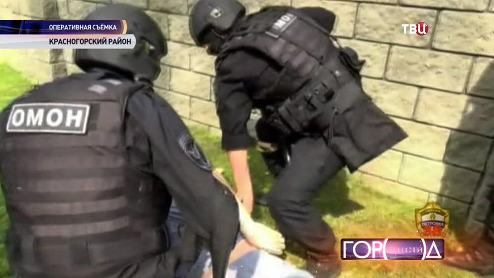 Бойцы ОМОНа проводят задержание
