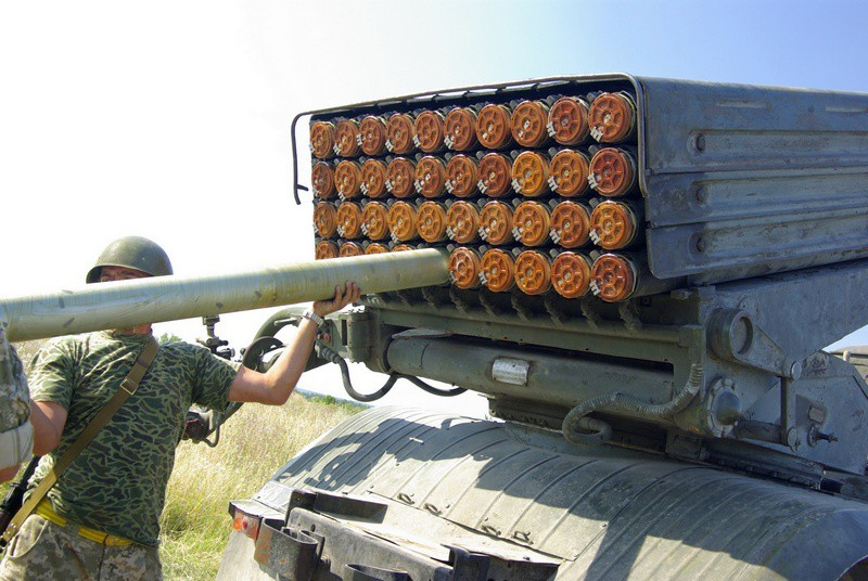 """Украинские военные заряжают установку РСЗО """"Град"""""""