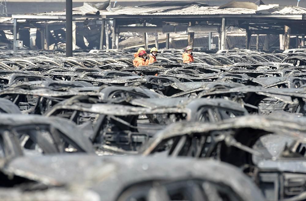 Китайские спасатели на месте происшествия в Тяньцзине