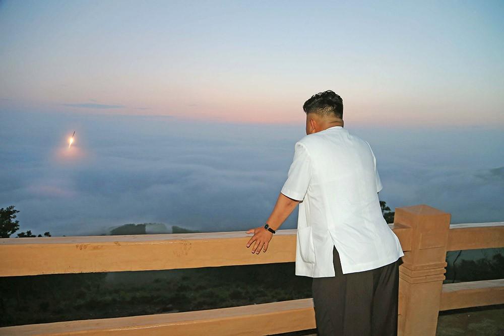 Глава КНДР Ким Чен Ын наблюдает за запуском ракеты