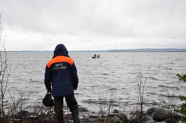 Спасатели МЧС продолжают работы на месте крушения вертолета Ми-8