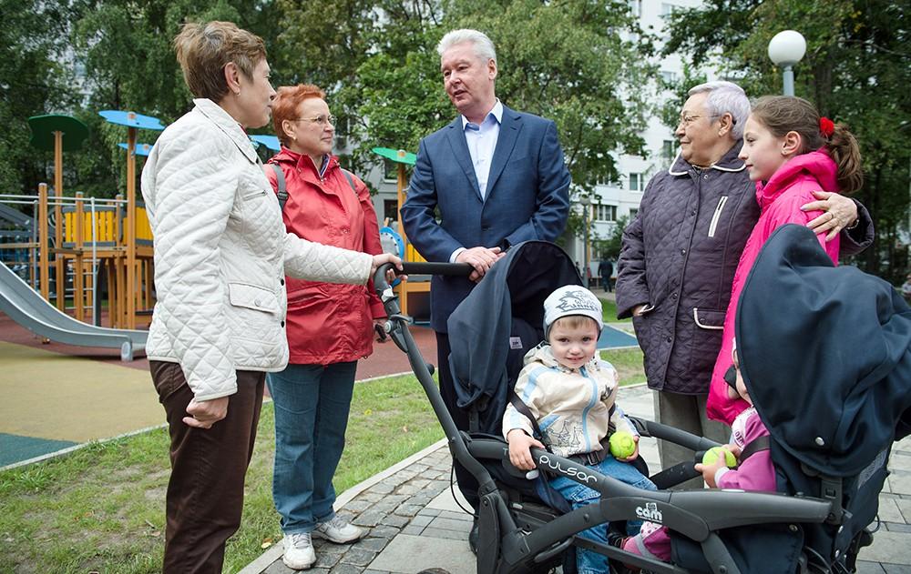 Мэр Москвы Сергей Собянин общается с жителями