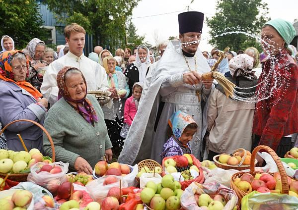 Освящение яблок во время праздника Преображения Господня