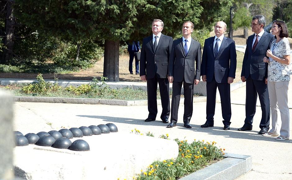 Владимир Путин и Дмитрий Медведев на мемориальном комплексе Малахов курган