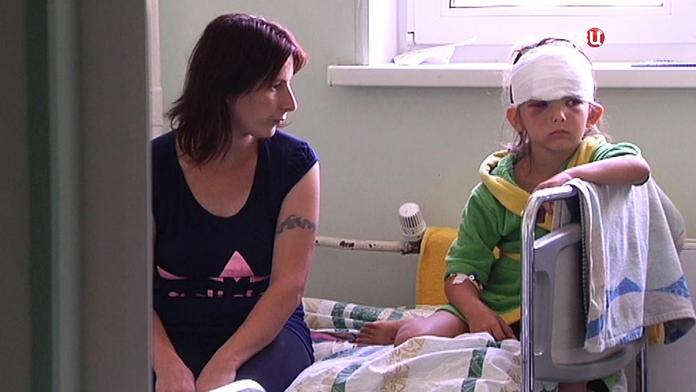 Пострадавшая от падения ворот девочка в больнице