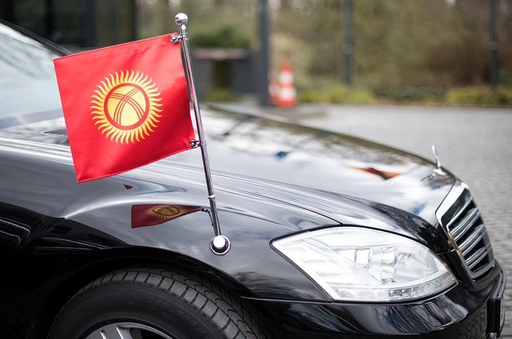 Флаг Киргизии на представительской машине