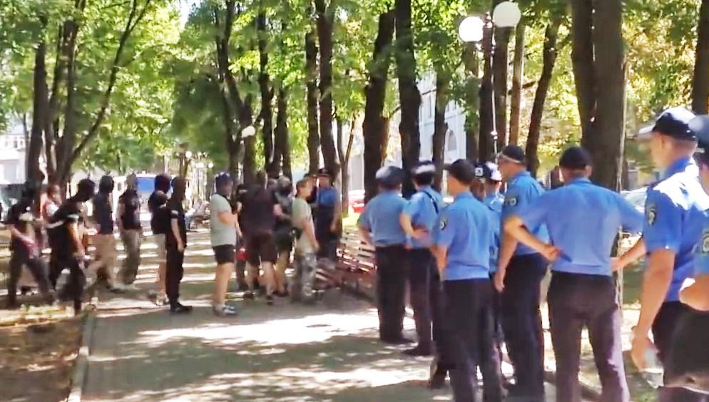 Украинская милиция наблюдает за радикалами