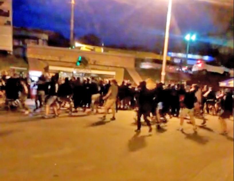 Драка между польскими и украинскими футбольными фанатами
