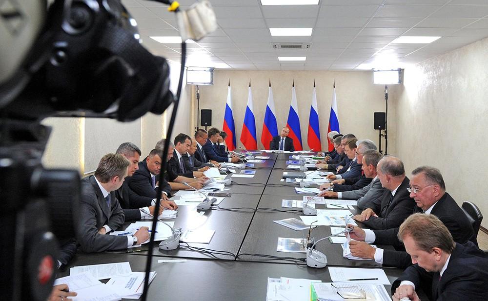 Президент РФ Владимир Путин проводит совещание