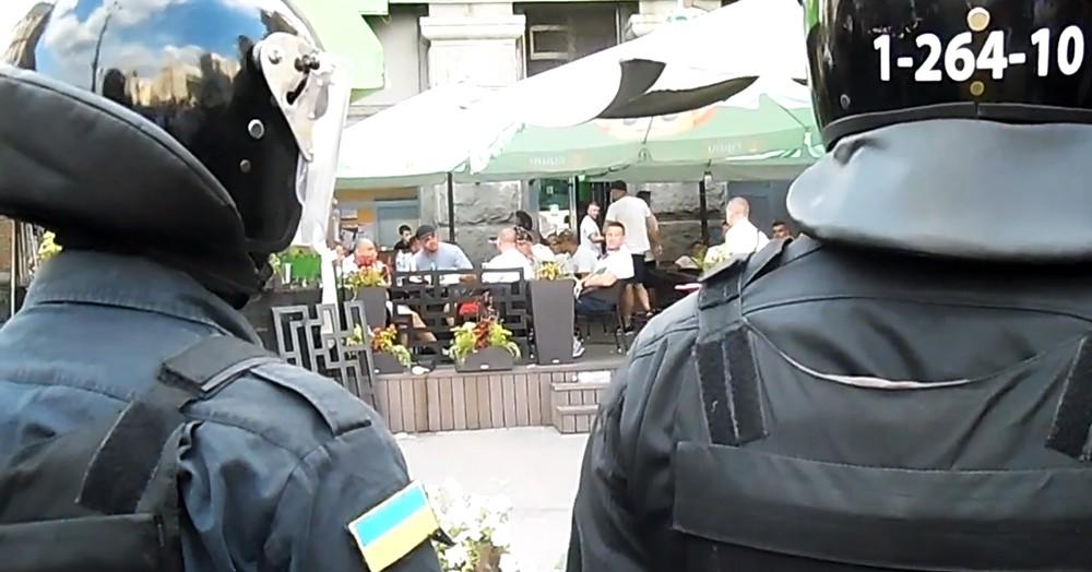 Украинская милиция оцепила польских фанатов