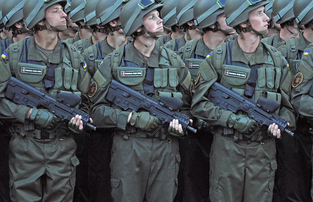 Солдаты украинской армии во время марша
