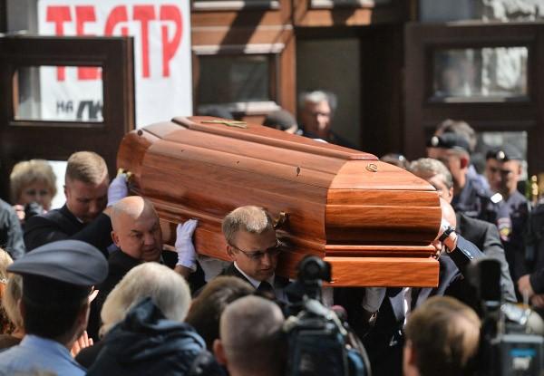Гроб с телом актера и режиссера Льва Дурова после церемонии прощания в Театре на Малой Бронной