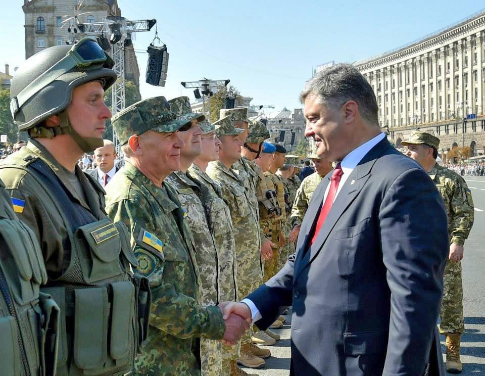 Президент Украины Пётр Порошенко поздравляет военнослужащих с Днём независимости