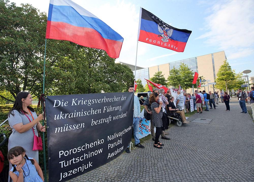 Жители Донбасcа митингуют в Германии