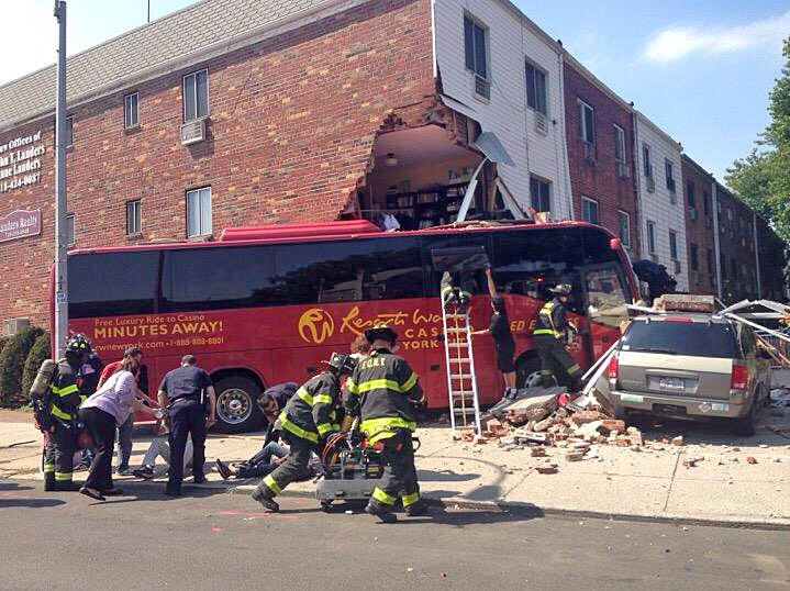 Спасатели США на месте ДТП с участием автобуса
