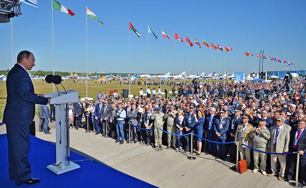 Президент России Владимир Путин на Международном авиационно-космическом салоне МАКС