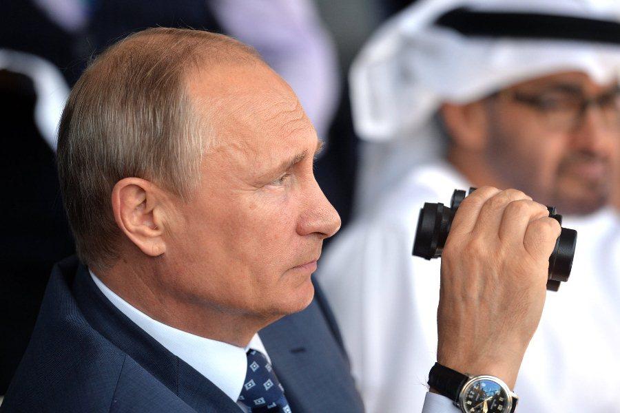 Владимир Путин во время посещения Международного авиационно-космического салона МАКС-2015