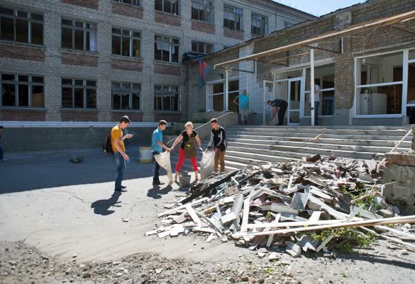 Последствия обстрела школы в Донбассе