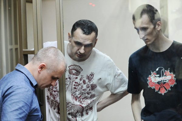 Режиссер Олег Сенцов (в центре) и Александр Кольченко (справа), обвиняемые в создании террористического сообщества в Крыму