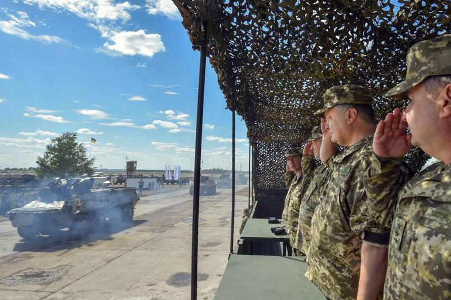 Пётр Порошенко смотрит прогон военной украинской армии