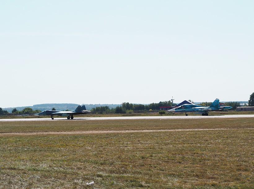 Самолеты Т-50 и Су-34 на авиасалоне МАКС-2015